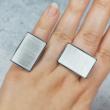 Álló és fekvő gyűrű egy kézen viselve.