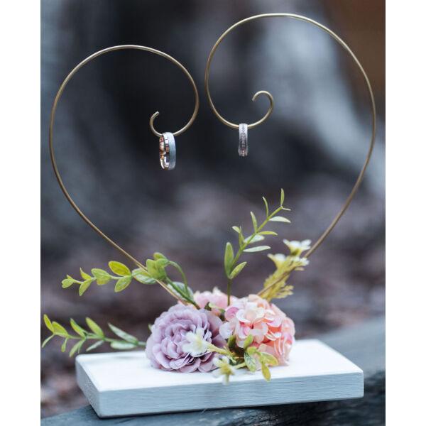 Szív alakú gyűrűtartó sárgarézből, tiszta fehér színű fa talppal